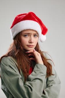 Ritratto di ragazza triste in vista ritagliata cappello di natale