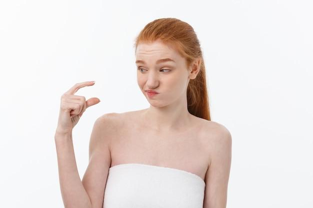 Giovane donna seria triste del ritratto con l'espressione facciale delusa