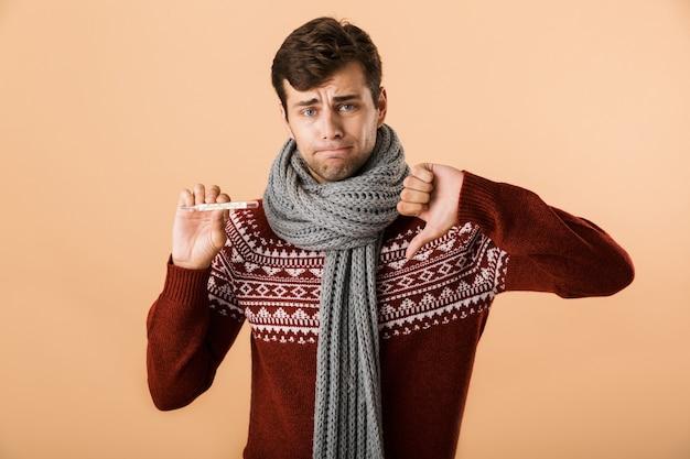 Ritratto di un giovane malato triste vestito di maglione