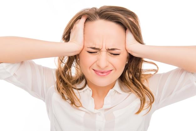 Ritratto di donna triste con forte dolore che tocca la sua testa