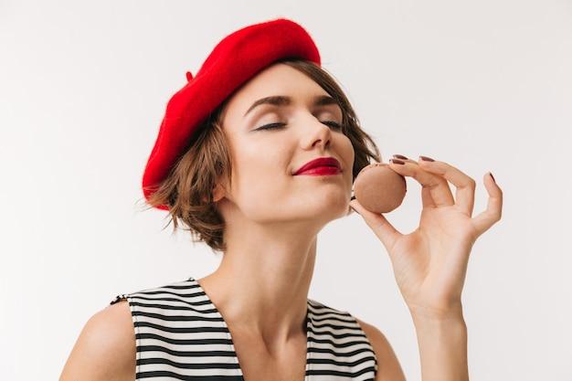 Ritratto di una donna soddisfatta che indossa berretto rosso
