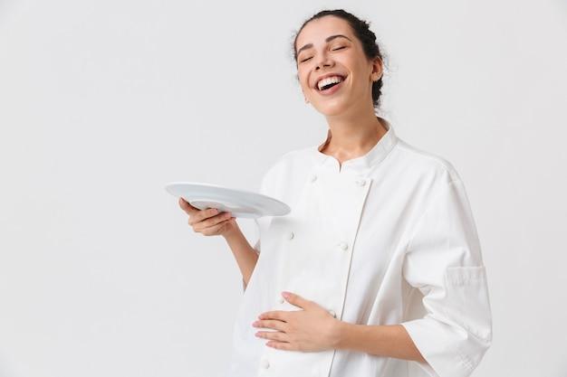 Ritratto di una giovane donna soddisfatta con i piatti