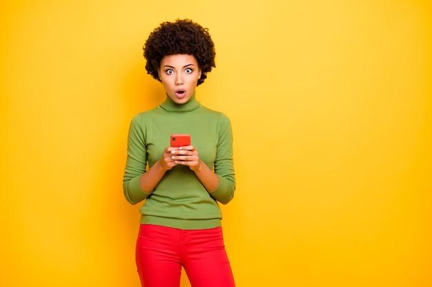 Ritratto di donna scioccata spaventata paura della diffusione di notizie false tenendo il telefono