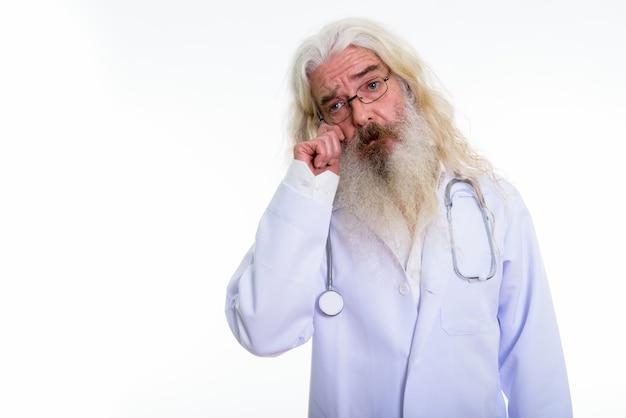 Ritratto di un anziano uomo barbuto medico indossando occhiali da vista