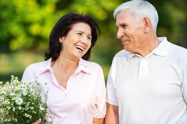 Ritratto, di, coppia senior, sorridente, in, park