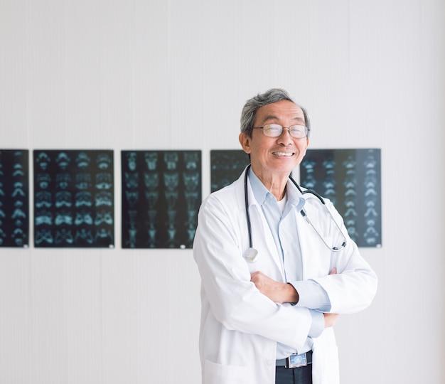 Ritratto di un anziano medico su sfondo a raggi x