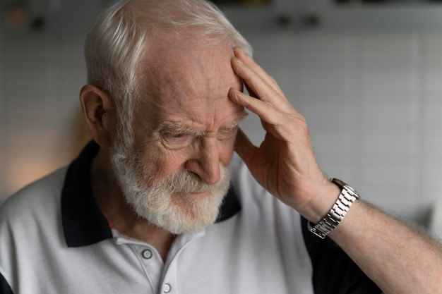 Ritratto di uomo anziano con alzeihmer