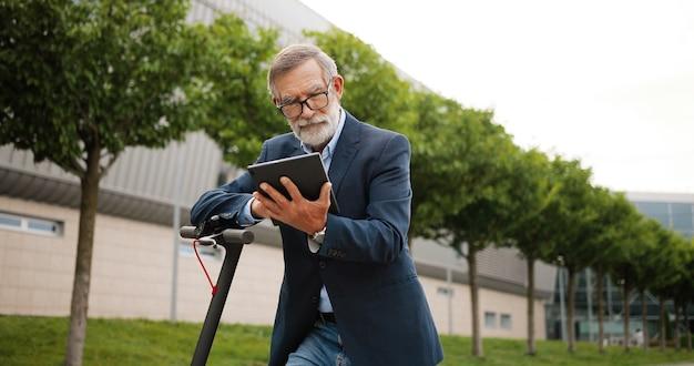 Ritratto uomo anziano con scooter elettrico