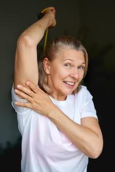 Ritratto di donna senior esercizio per lo sport a casa.