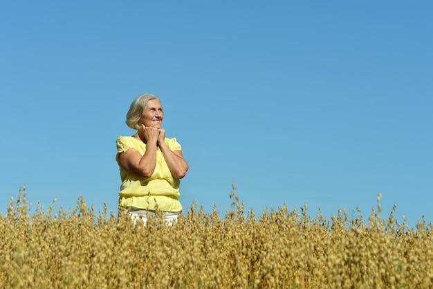 Ritratto di una donna anziana nel campo estivo