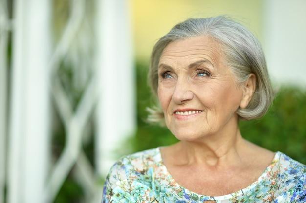 Ritratto di una donna anziana nel parco estivo
