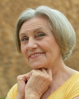 Ritratto di una donna anziana durante una passeggiata nella località tropicale