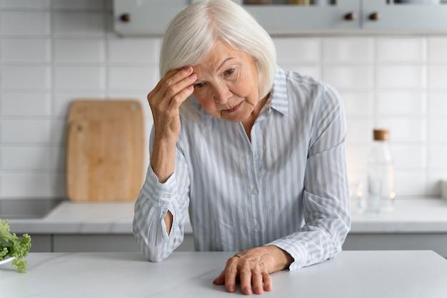 Ritratto di donna anziana con alzeihmer