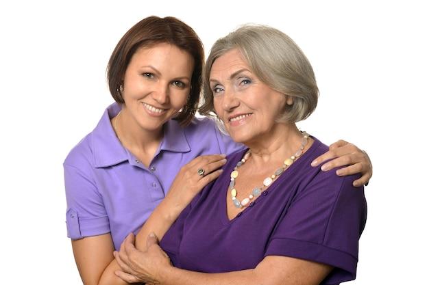 Ritratto di donna anziana con figlia su sfondo bianco