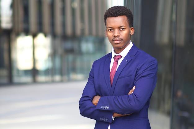 Ritratto di uomo africano nero di successo fiducioso serio, giovane uomo d'affari afroamericano dentro