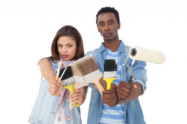 Ritratto di una coppia seria con strumenti di pittura