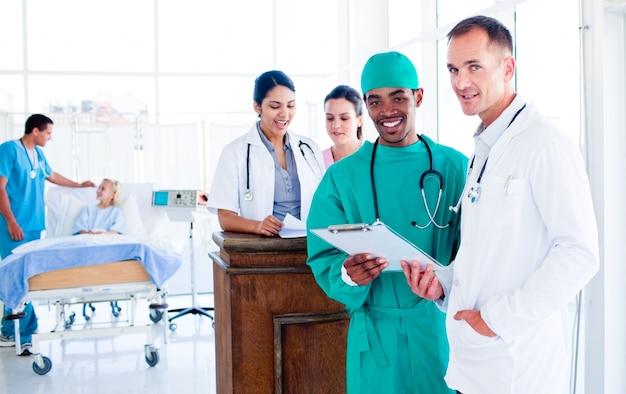 Ritratto di un'équipe medica seria al lavoro
