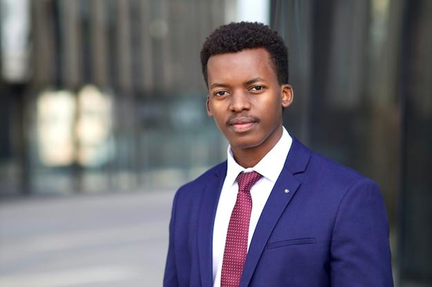 Ritratto di giovane uomo d'affari afroamericano africano nero serio in vestito convenzionale