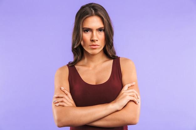 Ritratto di una giovane donna seria in piedi