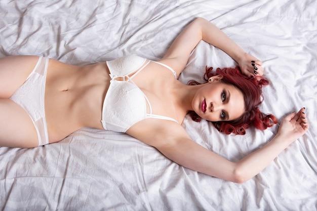 Ritratto di una ragazza sexy che sveglia di mattina