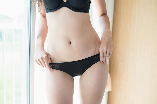 Ritratto del bikini da portare di modello della giovane donna sexy