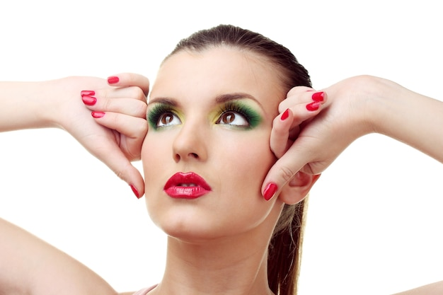 Ritratto di giovane donna sexy con trucco glamour e manicure rossa