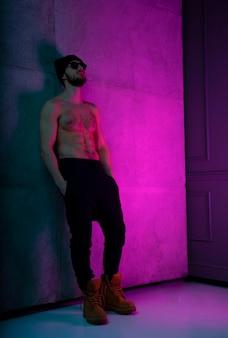Ritratto di uomo a torso nudo in posa con fiducia