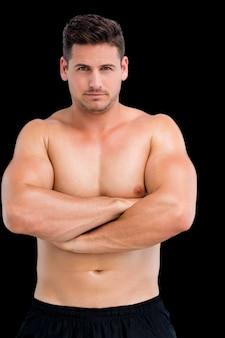 Ritratto di un uomo muscoloso torso nudo con le braccia incrociate