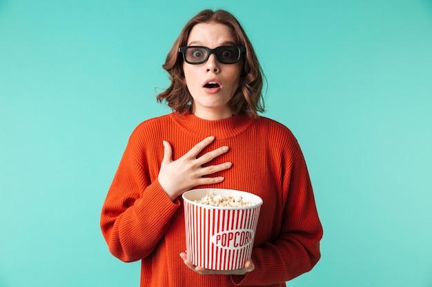 Ritratto di una giovane donna scioccata vestita di occhiali 3d