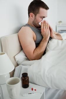 Ritratto di un uomo malato che soffia il naso