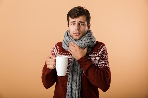 Ritratto di un uomo malato vestito di maglione e sciarpa