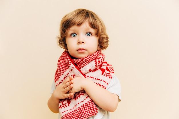 Ritratto di piccola ragazza con capelli ricci marroni e grandi occhi azzurri