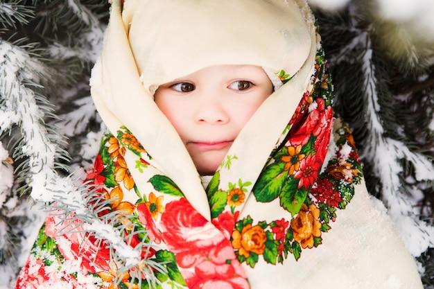 Ritratto di piccola ragazza slava in sciarpa nazionale