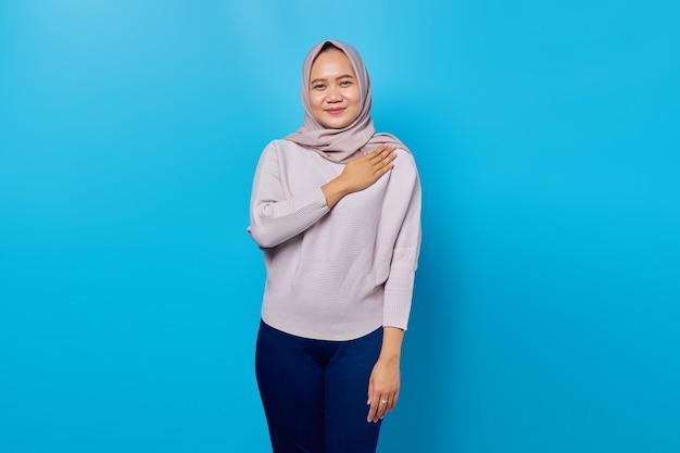 Ritratto di sorridente assistenza clienti donna asiatica su sfondo blu