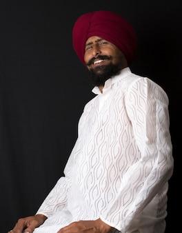 Ritratto di uomini autentici sikh punjabi indiani nativi sorridenti in turbante con barba folta,