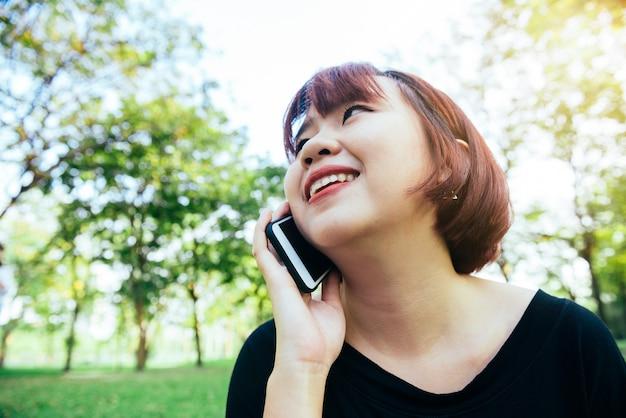 Un ritratto di una bella donna sorridente parlando al telefono