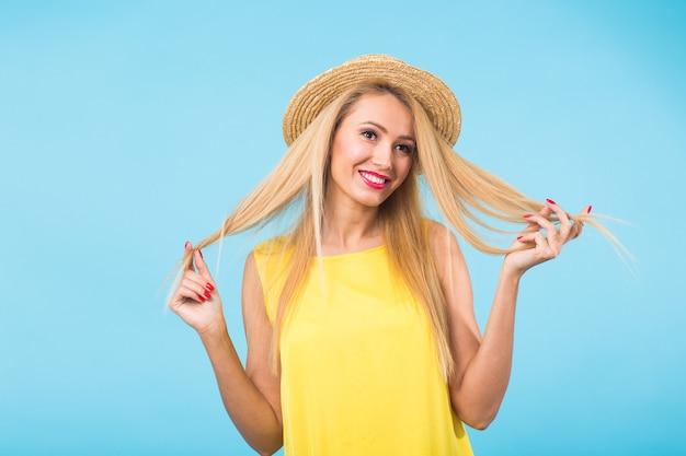 Ritratto di donna bionda sorridente in look alla moda. stile, moda, estate e