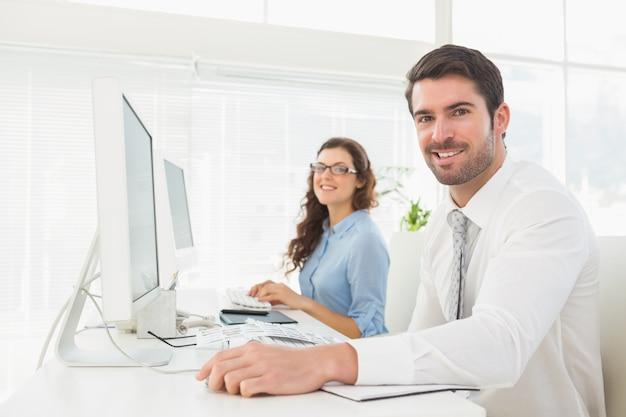Ritratto di sorridente business team alla scrivania