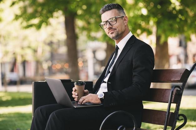 Ritratto di un uomo d'affari sorridente vestito in abiti formali