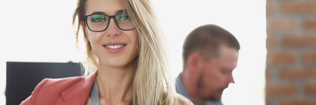 Ritratto di donna d'affari sorridente sul posto di lavoro in ufficio