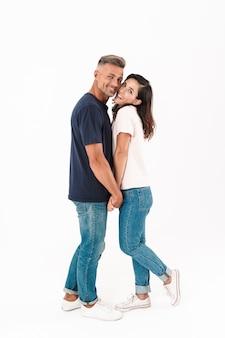 Ritratto di una coppia amorosa adulta allegra sorridente isolata sopra la parete bianca.