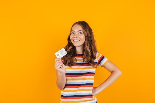 Ritratto di una ragazza giovane allegra sorridente