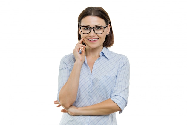 Ritratto della donna sicura di affari sorridente con i vetri