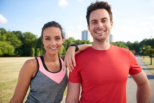 Ritratto di coppia sorridente dopo un duro allenamento