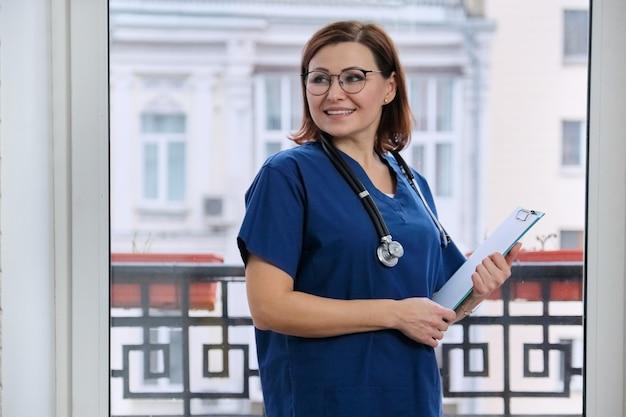 Ritratto di medico sorridente con stetoscopio