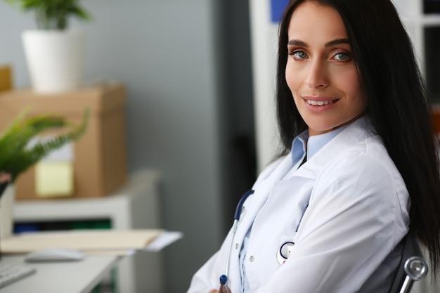 Ritratto di medico sorridente sul posto di lavoro in ospedale