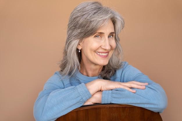 Ritratto di donna anziana elegante sorridente