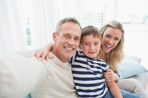 Ritratto di una famiglia sorridente seduto sul divano