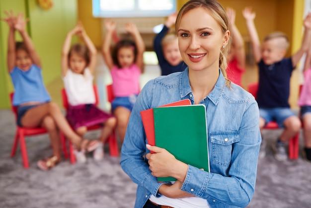 Ritratto di insegnante femminile sorridente in età prescolare