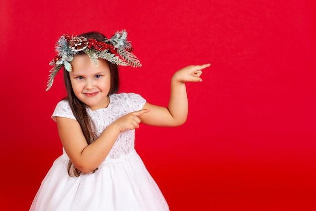 Ritratto di una ragazza sorridente che punta con il dito indice
